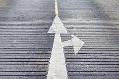 Стрелка передняя и знак поворота правый на безшовном конкретном textu Стоковые Фото