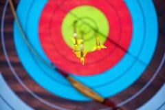 Стрелка проколола центр бумажной цели концентрических кругов других цветов Стоковое Изображение