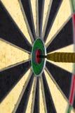 Стрелка дротика ударяя в центре цели Стоковое Изображение RF