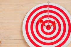 Стрелка дротика ударяя в яблочке на dartboard Стоковое фото RF