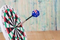 Стрелка дротиков с Австралией сигнализирует на красной доске дротика Стоковое Фото