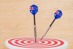 Стрелка дротиков с Австралией сигнализирует на доске дротика, Стоковое Изображение RF