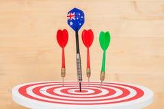 Стрелка дротиков с Австралией сигнализирует на доске дротика Стоковое Фото