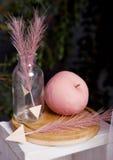 Стрелка яблока пинка украшения натюрморта валентинок Стоковые Изображения