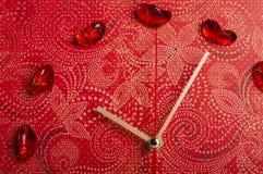 Стрелки красных настенных часов Стоковые Фото