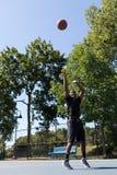 Стрельба баскетболиста Стоковая Фотография RF
