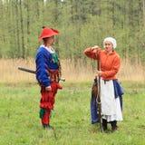 Стрельба женщины Landsknecht от arkebusa Стоковые Фото