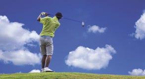стрельба игрока в гольф гольфа шарика Стоковые Фото