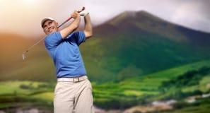 стрельба игрока в гольф гольфа шарика Стоковое Фото