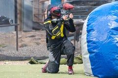 Стрельба игрока пейнтбола Стоковое фото RF