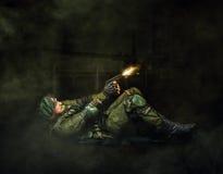 Стрельба солдата военного личного огнестрельного оружия Стоковые Изображения RF