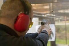 Стрельба с пистолетом Пистолет включения человека в стрельбище Стоковое Изображение RF