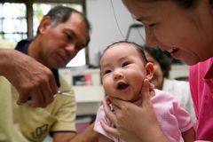 Стрижка младенца стоковое изображение