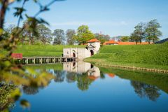 стробы к известному Kastellet или цитадели отразили в спокойной воде, стоковая фотография