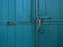 Стробы яркого голубого цвета винтажные деревянные с ручкой двери и latc Стоковые Фото