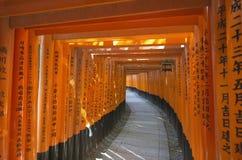 Стробы Torii в святыне Fushimi Inari, Киото, Японии Стоковое фото RF