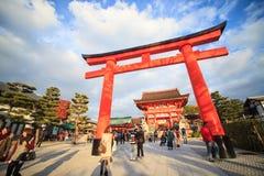 Стробы Torii в святыне Fushimi Inari, Киото, Японии Стоковое Изображение RF