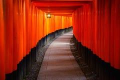 Стробы Torii в святыне Inari, Киото, Японии Стоковые Изображения RF