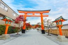 Стробы Torii на святыне Fushimi Inari в Киото Стоковое Фото