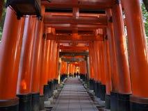 Стробы Torii святыни Fushimi Inari, Киото, Японии Стоковое Фото