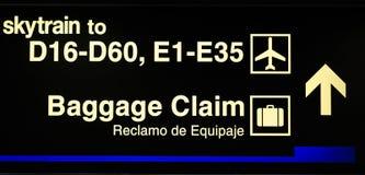 Строб авиапорта и знак заявки багажа стоковые изображения rf