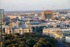 Строб Бранденбурга и Reichstag строя Берлин на восходе солнца, Германию Стоковые Фотографии RF