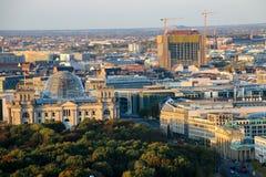 Строб Бранденбурга и Reichstag строя Берлин на восходе солнца, Германию Стоковое Изображение RF