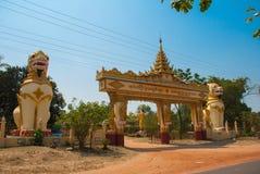 Строб входного сигнала Mya Tha Lyaung возлежа Будда Скульптуры мифологических животных на входе Chinthe Bago Myanma Бирма Стоковые Фотографии RF