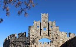 Строб города Средневековые стены в средневековом городке стоковое изображение rf