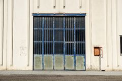 Строб груза промышленного склада дверь промышленная Взгляд на одном стробирует большого фасада склада Вид спереди Стоковое Изображение RF
