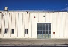 Строб груза промышленного склада дверь промышленная Взгляд на одном стробирует большого фасада склада Вид спереди Стоковое фото RF