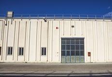 Строб груза промышленного склада дверь промышленная Взгляд на одном стробирует большого фасада склада Вид спереди Стоковое Изображение