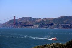 строб золотистый плавая san США francisco моста шлюпок Стоковые Фотографии RF
