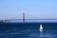 строб золотистый плавая san США francisco моста шлюпок Стоковые Изображения RF