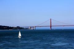 строб золотистый плавая san США francisco моста шлюпок Стоковая Фотография RF