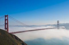 строб золотистый san francisco тумана моста вниз стоковое фото rf