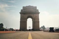 Строб Индии на предпосылке облачного неба, Sightseeing в Нью-Дели Взгляд от дороги стоковые изображения rf