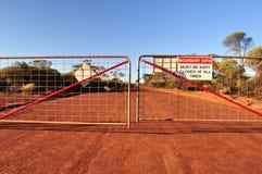 Строб и дорога границы с закрытым знаком Стоковые Изображения RF