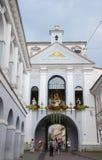 Строб рассвета (строба Ausros) с базиликой часовня нашей дамы (Madonna Ostrobramska) в Вильнюсе, Литве Стоковое фото RF