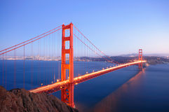 строб сумрака моста накаляет золотистым Стоковое Изображение