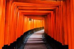 Строб торусов Fushimi Inari, Киото Стоковое фото RF