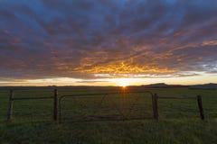Строб фермы на восходе солнца стоковая фотография