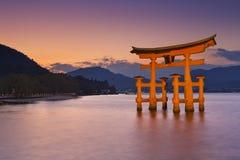 Строб torii Miyajima около Хиросимы, Японии на заходе солнца стоковая фотография rf