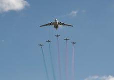 Строгает летание образования на предпосылке голубого неба стоковые изображения rf