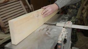 Строгать плотника доски с электрическим деревянным инструментом planer видеоматериал