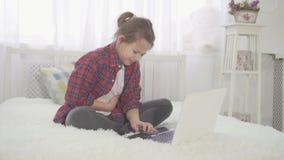 Строгая боль в животе в девочка-подростке сидя на кровати дома видеоматериал