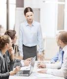 Строгий женский босс говоря к команде дела Стоковое фото RF