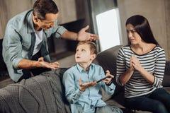Строгий отец делать его сын для играть слишком много Стоковые Фото