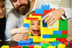 Строение мамы, папы и мальчика из пластичных блоков Стоковая Фотография