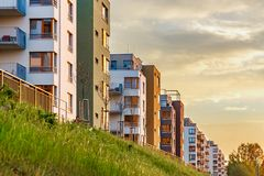 Строение нового европейского современного сложного красивого многоквартирного дома плоское Стоковая Фотография RF